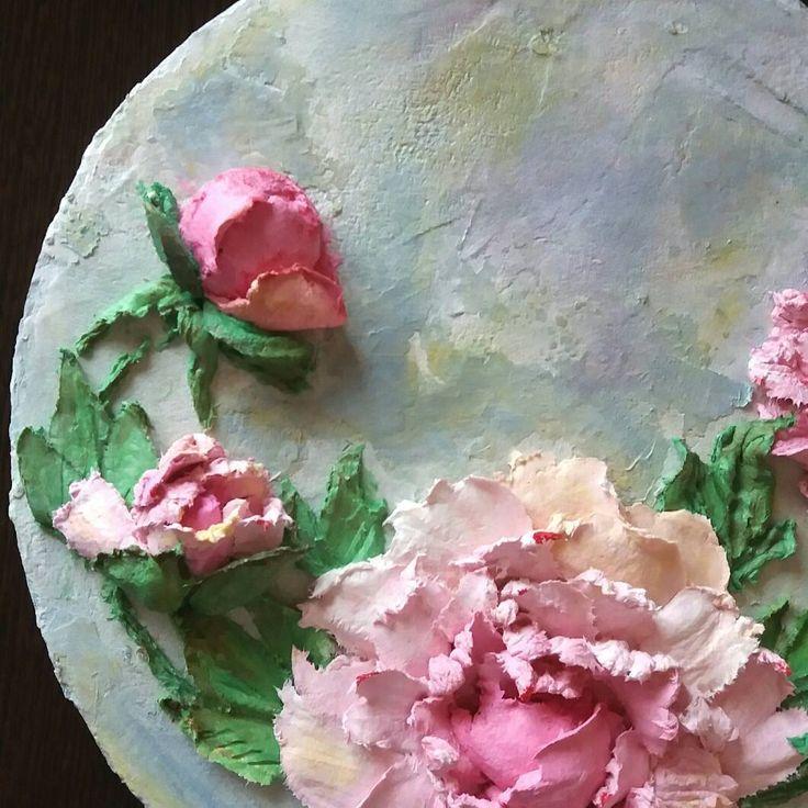 Пион считается символом богатства и знатности,дарить пион означает пожелание добра и благополучия.По своей красоте и пышности он конкурирует с розой.Роскошные кусты пионов украшают наши сады и парки. #sculpturepaintings #craft #handcraft #dekor #decorativeplaster #pinterest #pinsk #handmade #evgeniaermilovaschool #скульптурнаяживопись #исскуство #декоративнаяштукатурка #камчатка #пионы #панно #картина #школаевгенииермиловой