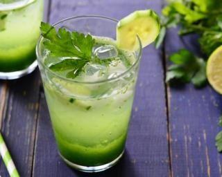 Limonade light détoxifiante concombre, céleri et citron vert : http://www.fourchette-et-bikini.fr/recettes/recettes-minceur/limonade-light-detoxifiante-concombre-celeri-et-citron-vert.html