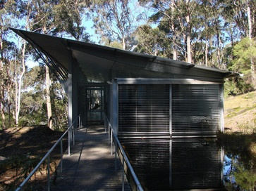 A master at dealing with the hot climate of Australia is Glenn Murcutt, an architect who is inspired by traditional architecture but executes projects in contemporary materials. In the case of the Simpson-Lee House, the metal, concrete and masonry respond to the fire risks in the area, but the exterior provides plenty of natural ventilation for cooling the interior.