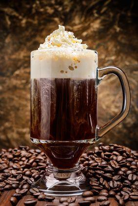 Receita de Café Irlandês, Cocktail Café Brûlot e Cocktail de Licor de Café. Bebidas à base de café. Escolha uma e prepare-se para os elogios!