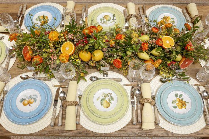 Como a mesa que montamos estava do lado de fora da loja, resolvemos mesclar as três cores dos pratos rasos, pratos de sobremesa e bowls da Coleção, dispostos de forma alternadas, delimitando um lugar especial para cada convidado.Para quem prefere a suavidade de apenas um tom predominante à mesa, compostos com acessórios delicados, também é uma linda escolha. Outra ideia é usar pratos de sobremesa de uma cor diferente dos pratos rasos e dos bowls, para uma mesa mais colorida.