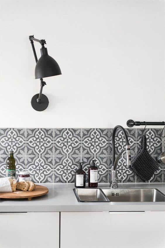 Fliesen-Deko Ideen: moderne Einbauküche, weiße Möbel, schwarz-weiß marokkanischen Fliesen