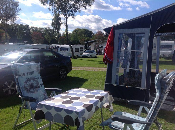 Frigård Camping, Kollund, Danmark. Vintercamping kan også indeholde solskinsfyldte dage hvor det er muligt at sidde ude og drikke kaffe og læse. Også selv om vi skriver november.