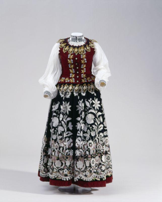 Woman's folk costume, c. 1900, Transylvania, Romania. Frauentracht aus Siebenbürgen