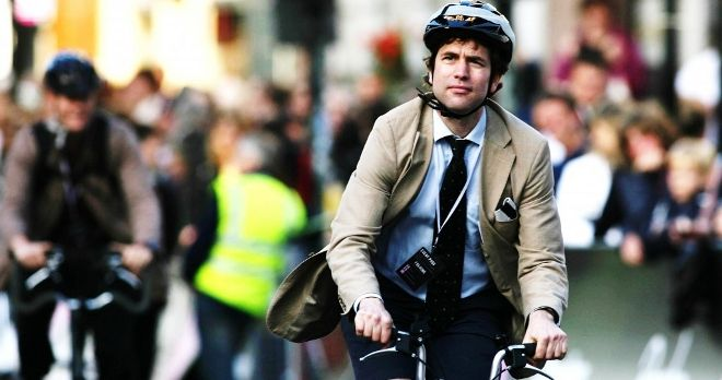 """França paga fins a 40 euros al mes per anar a la feina en bicicleta"". Potser seria positiu començar a implantar-ho arreu del món. Què en penseu? / ""Francia paga hasta 40 euros al mes por ir al trabajo en bicicleta"". Quizás sería positivo empezar a implantarlo en todo el mundo. ¿Qué pensáis?    Font / Fuente: La Vanguardia"