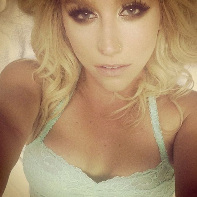 Love Kesha's eye makeup