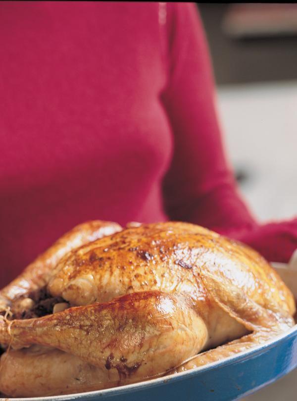 Recette de dinde et ses trois farces de Ricardo. Recette de dinde à farcir de farces au choix. Farce aux pommes et au veau (pain croûté, pommes, amandes, rhum); farce au citron; farce au pain et aux canneberges.