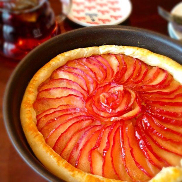 旦那さんのパパママからりんごが贈ってもらったので、たっぷりりんごとさつまいもでスイーツに♡ 中のさつまいもクリームは、ラムとナッツが効いてます☆ キャラメリゼしたりんごはキレイに並べて♪ パイシートで簡単にできました☆ - 14件のもぐもぐ - ☆キャラメルりんごのスイートポテトパイ☆ by なぴこ