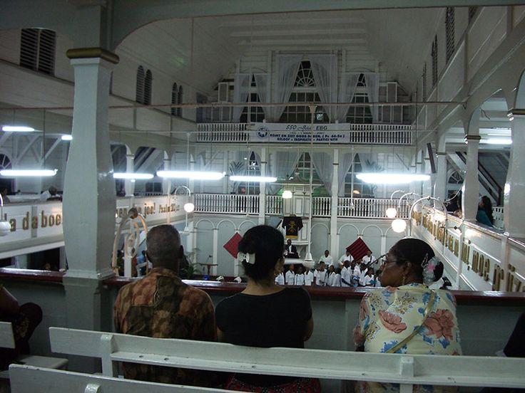 Een dienst van de Evangelische Broedergemeente (Herrnhutters) in Paramaribo Foto: I. Hausmann. Talen in Suriname. klik foto om te lezen.