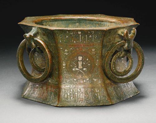 A SILVER-INLAID MORTAR, KHORASAN, PERSIA, 13TH CENTURY Estimación  50,000 — 70,000  GBP 83,715 - 117,201USD