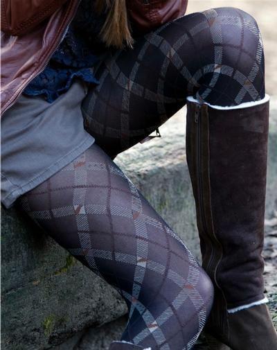 BONNIE DOON | Chequered 60 panty De Chequered panty van Bonnie Doon zal zeker niet de laatste ruitpanty zijn, die je dit seizoen in onze collectie zult vinden, maar het is absoluut wel één van de meest unieke panty's met ruitmotief! Daarnaast is deze ruitpanty maar liefst 60 denier dik en loopt het motief vanaf de tenen tot aan de tailleband, zodat je haar ook met korte jurkjes en rokjes kunt dragen. Let the winter begin!
