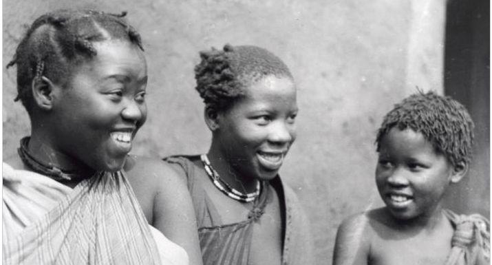 Zulu- / Zoeloe-meisjes. Dochters van Zulu- / Zoeloe-opperhoofd / stamhoofd. Pretoria, Zuid-Afrika. Datum onbekend.  Zulu / Zulu girls. Daughters of Zulu / Zulu chief / chieftain. Pretoria, South Africa. Date unknown.