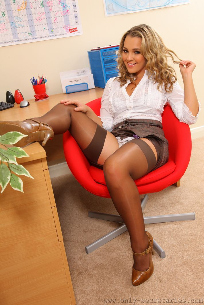 Salutations kissiennes. - Page 12 620399130952a8217d80ee83bc33ab2d--secretary-legs-working-girls