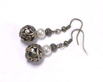 Boucles d'oreille perles ivoires nacrées,bijou bronze vintage,perle métallique ajourée