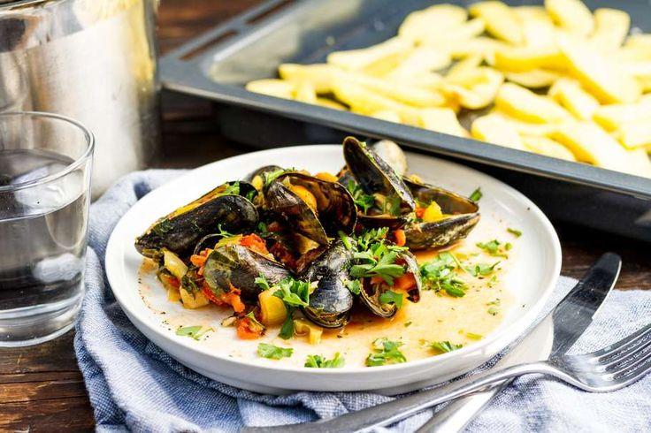 Recept voor mosselen op Spaanse wijze voor 4 personen. Met zout, water, olijfolie, peper, mossel, friet, soepgroenten, chorizo, tomatenblokjes in blik en knoflook