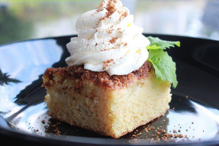 Denne kaken er saftig, god og full av epler, både moste og i biter.
