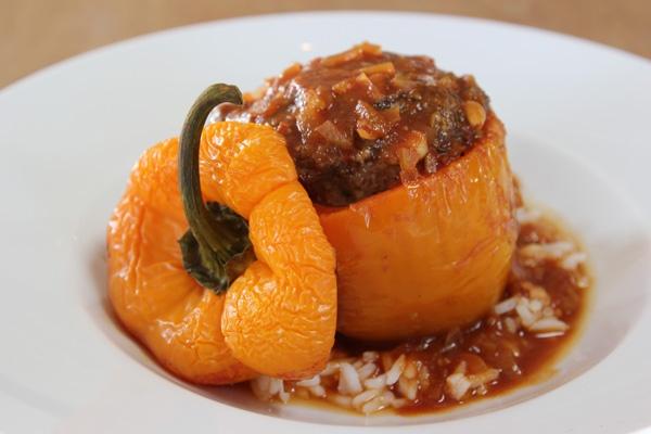 Gefüllte Paprika nach Carstens Art mit Hackfleisch, Ei und Zwiebeln