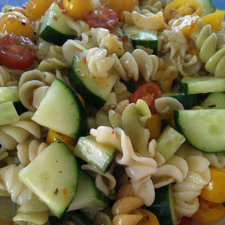 Super Easy Pasta Salad (Italian Dressing) http://www.allkindsofthingsblog.com/2014/01/east-as-piei-mean-pasta.html