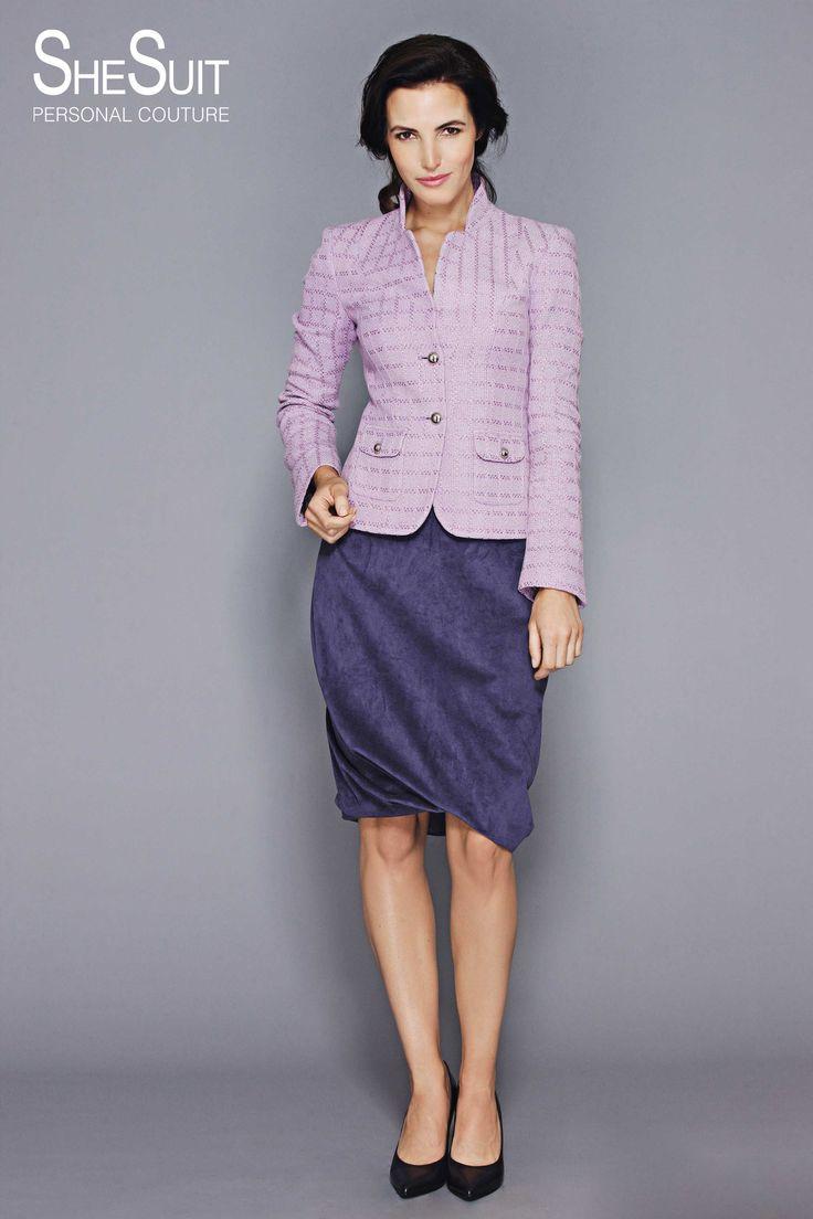 Model Celeste.  Klassiek lila tweed jasje op paarse ballonrok van Alcantara.  Opvallende kraaglijn en opsteekzakken afgewerkt met glimmende zilverkleurige knoopjes ook op de lummel van de mouw.  Alcantara, ook wel imitatie suède genoemd, heeft een chic sportieve uitstraling. Het materiaal is duurzaam en praktisch want het kan goed gereinigd worden. Deze speciale soepele variant is geschikt om te verwerken in diverse kledingstukken zoals jurken, jasjes en rokken.