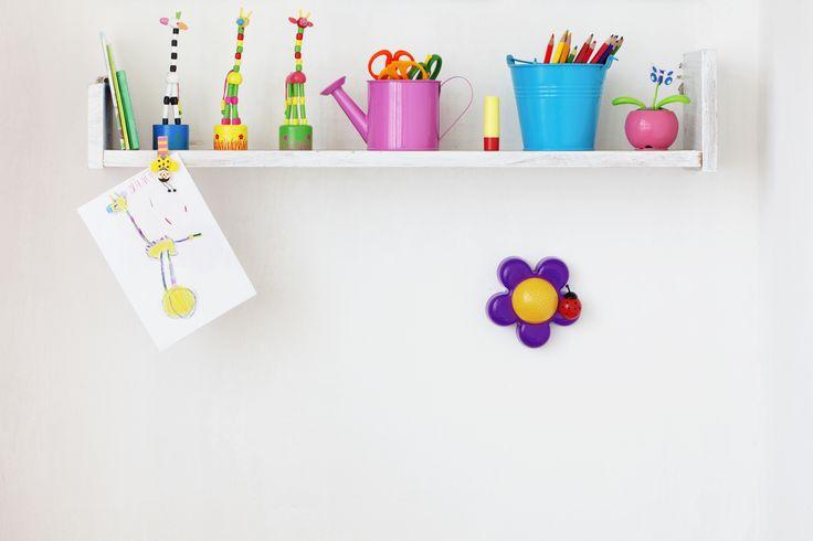 Crea un espacio ordenado y divertido para tu peque. Elige recipientes coloridos para almacenar sus colores, tijeras, pinturas y dibujos. #Tip