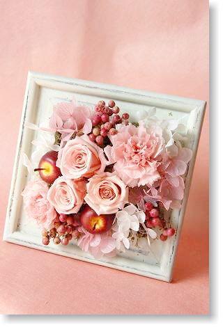 1800個完売ピンクとホワイトのふわふわフレームアレンジ*お祝い/花/プリザーブドフラワー/誕生日/開店祝い/開業祝い/新築祝い/結婚祝い/結婚記念日/内祝。プリザーブドフラワー壁掛け*アップルベリー。バラとカーネーションにペッパーベリーを組み合わせたふわふわキュートなアレンジに。/花電報/お祝い/花/結婚/内祝/誕生日/ギフト/プレゼント