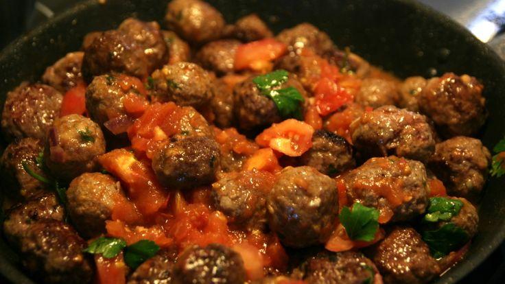 Alexandra Solheim lærte Noman Mubashir å lage spanske kjøttboller i tomatsaus i TV-serien Yum yum. Dette er en av flere tapasretter.