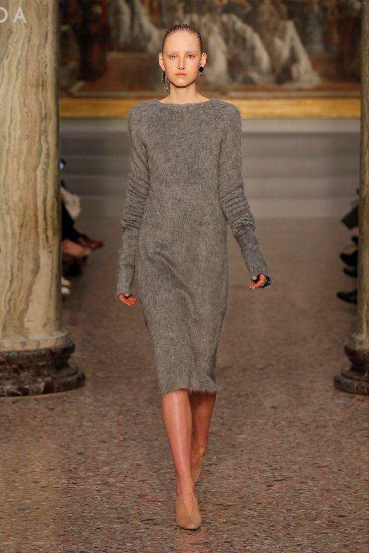 Guarda la sfilata di moda GIADA a Milano e scopri la collezione di abiti e accessori per la stagione Collezioni Autunno Inverno 2016-17.