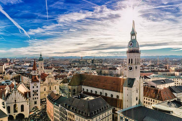 """Im Sommer ist München besonders schön: Überall locken Biergärten, Cafés und Restaurants mit Tischen im Freien, an denen man die Sonnentage bis in die lauen Abendstunden genießen kann. Wo das besonders gut geht, weiß natürlich ein """"echter"""" Münchner am besten – und verrät hier auf TRAVELBOOK Insidertipps für seine Heimatstadt. Außerdem: wo man während des Oktoberfestes noch vergleichsweise günstige Zimmer findet."""