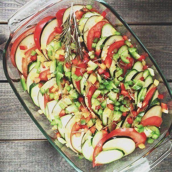 Баклажан, кабачок, перец, помидоры нарезать кружочками.Выложить в смазанную раст.маслом форму, чередуя каждый овощ. Сделать соус: смешать чеснок, продавленный через пресс, мелко порубленный острый перец, мелко порубленный укроп, базилик и масло. Добавить немного соли.Смазать соусом овощи, форму накрыть фольгой и поставить в разогретую до 180С духовку на 45 минут.Снять фольгу, сбрызнуть овощи лимоном, посыпать маслинами и снова убрать в духовку еще на 15 минут (уже без фольги).
