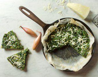 Boerenkool frittata Ingrediënten      250 gram boerenkool, fijngesneden     1 teentje knoflook, fijngehakt     1 sjalotje, fijngehakt     6 eieren     40 ml melk     30 gram Parmezaanse kaas     3 eetlepels olijfolie     peper     zout