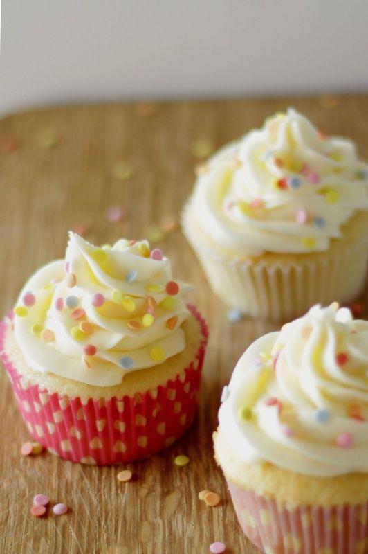Die perfekten amerikanischen Vanille Cupcakes Rezept von Living on Cookies