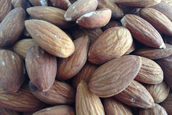Las almendras son uno de los frutos secos más consumidos en todo el mundo. Destacan por su riqueza en proteínas de alta calidad, fibra y grasas saludables con efecto cardioprotector. Sin embargo, aportan gran cantidad de calorías, por lo que hay que consumirlas con moderación