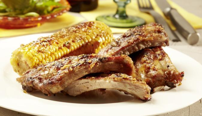 Deftige Spareribs in herzhaft-süßer Honig-Knoblauch-Marinade sind etwas für wahre Fleischlieber und Grillfans. Für die leckere Sauce brauchst du nur etwas Soja-Sauce mit Essig, süßem Honig und würzigem Knoblauch verrühren.