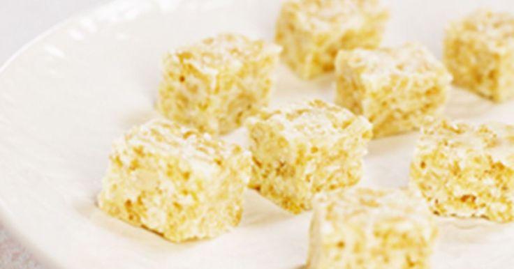 Hemlagat godis gör du lätt av kokos, puffat ris, marshmallows och salta nötter. Skär godiset i rutor - barnsligt enkelt, segt och gott!