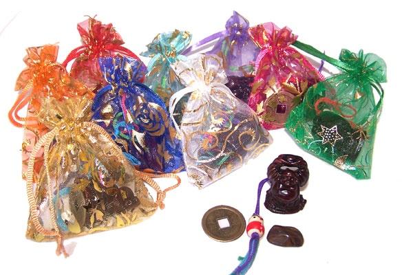 Buideltje Geluk, De buideltjes zijn gevuld met:  Een geluksboeddha, een chinese geluksmunt, een gelukspoppetje en een gelukssteentje.