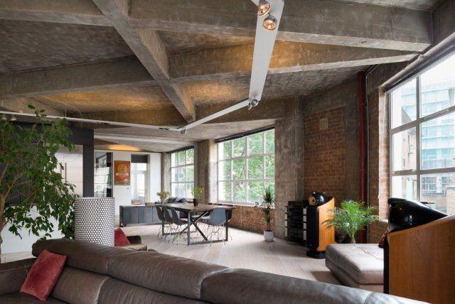 déco industrielle - plafond en béton et murs en brique exposés