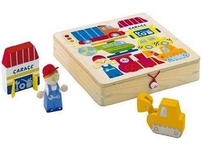 Play puzzle mezzi di locomozione Sevi in legno. Il bimbo dovrà imparare a trovare la giusta collocazione per tutte le figure all'interno della scatola in legno, ma potrà anche inventare tante storie nuove e divertenti con le figurine stesse. Il fondo della scatola è dipinto in modo da facilitare il bambino mentre cerca di inserirle all'interno.