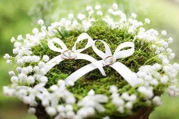 自然のなかに白い小花が咲き乱れたような愛らしいデザイン。ナチュラル感いっぱいですね。