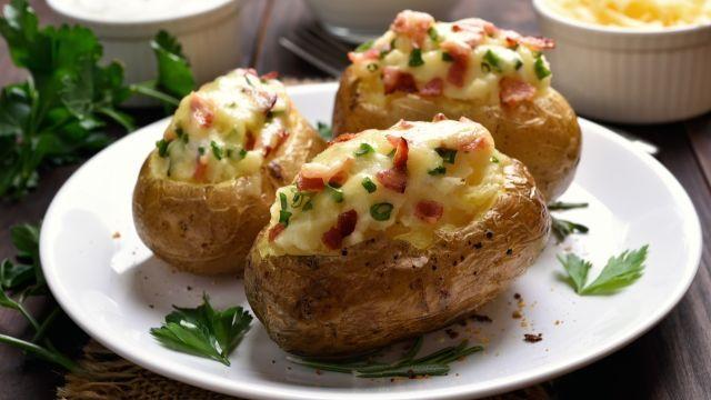 Fantastická večera z chrumkavých zemiakov: Túto lacnú dobrotu budete piecť stále dookola, veď vyskúšajte | Casprezeny.sk