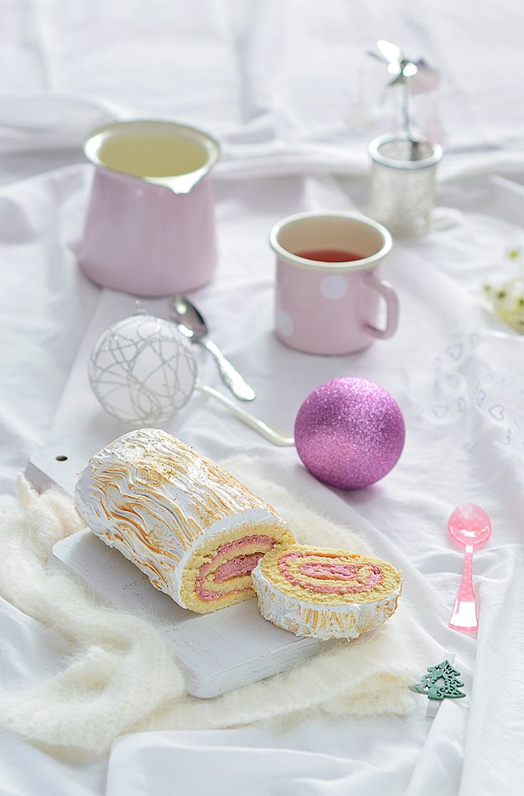 Tronco de navidad (relleno de crema de chocolate blanco y frambuesa y cubierto de merengue)