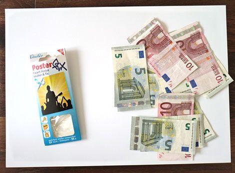 Klebestrips und Geldscheine, weiße Tonpappe und ein weißer Rahmen mit Passepartout sind die Basis für dieses Geldgeschenk zu Hochzeit