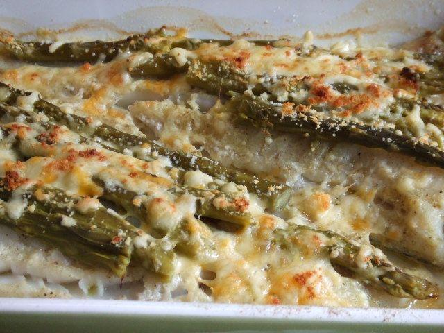 Abadejo gratinado con espárragos trigueros Ver receta: http://www.mis-recetas.org/recetas/show/68181-abadejo-gratinado-con-esparragos-trigueros