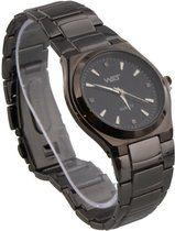 Donker zilveren horloge van metaal met zwarte wijzerplaat.