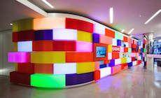Engin Group - Londres   Voici le hall d'accueil de la société Engine Group spécialisée dans la communication situé à Londres (Royaume Uni). Imaginé par société Acrylicize cet espace très ludique à été équipé de 78 boites à lumière colorées par des modules de Led RVB.