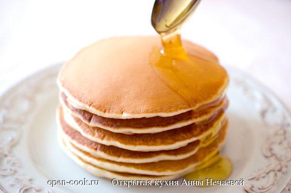 По традиции в выходные мы готовим на завтрак блины. А иногда балуемся панкейками. Эти американские блинчики не менее вкусны, чем наши русские блины, готовятся очень быстро и просто.