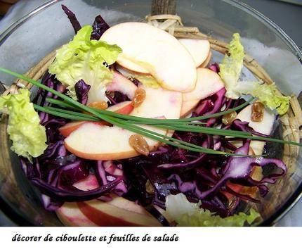 Salade de chou rouge cru, pomme verte et raisins