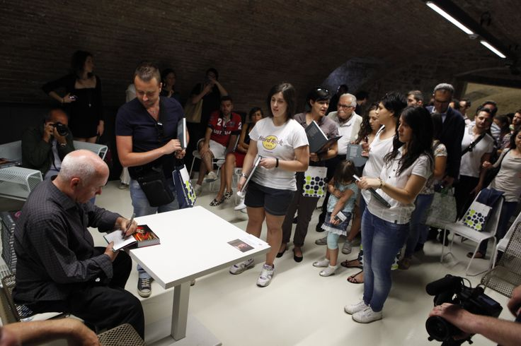 "McCurry meets his fans during his stay in Perugia for the exhibition ""Sensational Umbria"" #McCurry #SensationalUmbria #SU14 #history #Perugia #mostra #Fotografia #Photography #exhibition #Umbria #people #fan"