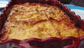 Vegi lasagne: 2 uien/ wortels/ courgettes, 1 gele en rode paprika, 1 aubergine, 2 TL rozemarijn, 1 ET tomatenpuree, 1 bl gepelde tom, 2 knoflook, 500 ml melk, 60 g boter, p, 30 g bloem, 125 g ger kaas  Verwarm oven 220 C°. Snij groenten, meng in braadslee met olie, rozemarijn, knoflook, p Rooster 35 min, soms roeren. Tomaten en puree met p door de groentes. Smelt boter in de steelpan, voeg bloem toe. Melk erdoor en 1/2 de kaas. Oven 190 C°, laagjes in overschaal, kaas erover, bak 35 min