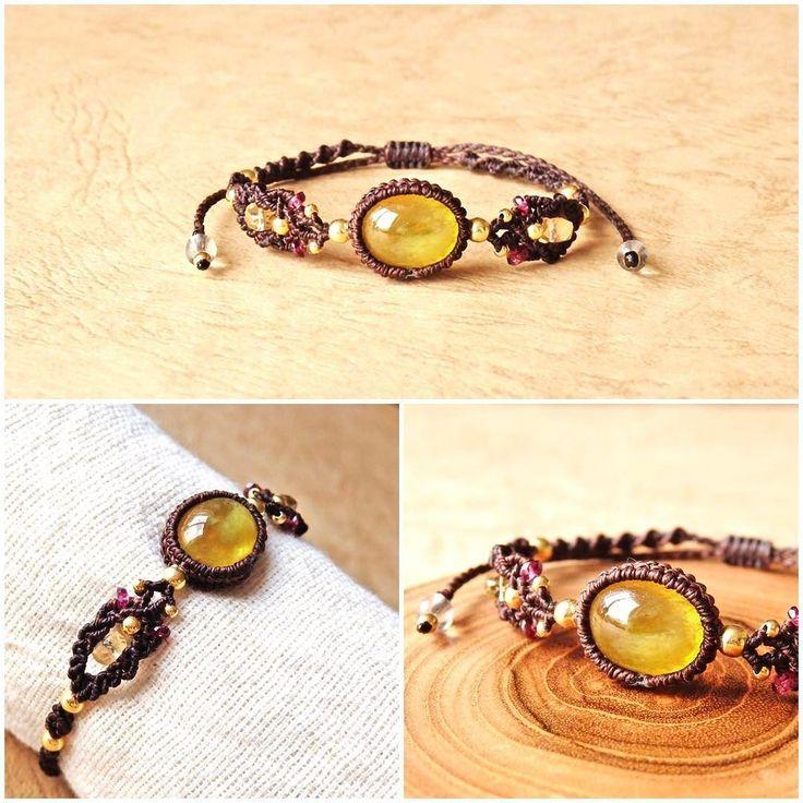 .イエローサファイアマクラメブレスレット(Yellow Sapphire Macrame bracelet) http://afos.thebase.in/   イエローサファイアはルビーと同じ鉱物に属しており内包物や成分の差異で色が変わり赤いものをルビーそれ以外の色をサファイアと呼んでおります.  その為一般的に知られる青色の他に黄色や緑など様々な色のサファイアがあるようです(ᴗ)و  インドに伝わるヴェーダによるとイエローサファイアは木星のエネルギーを持つと言われております  ではこの木星のエネルギーとは何なのでしょうか  お調べしてみると 木星には拡大と成長癒し調和修復楽観主義豊かさ繁栄などのチカラがあるようです()  人の想いや願いを大きくしてくれたり 心を癒してくれたり 人間関係や物事のバランスを整えてくれたり それらを修復してくれたり などなど  それらのチカラを持つイエローサファイアはパワーストーンヒーリングストーンとしてはとても魅力的なお石ではないでしょうか.  そしてこの鮮やかなイエローカラーは身につける私たちにとても元気と勇気を与えてくれます:.゚()゚…
