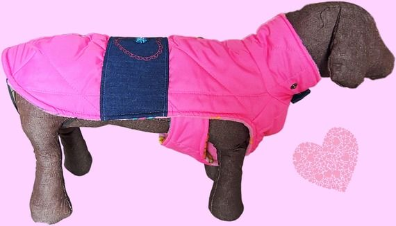 Cappottino per cani in tessuto rosa con ricamo a cuore